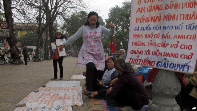 Nông dân phản đối việc chính phủ tịch thu đất đai tại Hà Nội, Việt Nam.