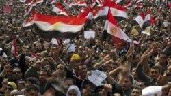 صدها هزار مصری در میدان تحریر قاهره علیه حسنی مبارک شعار سر می دهند - ۸ فوریه ۲۰۱۱