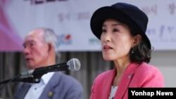 17일 서울 국가인권위원회에서 열린 '국군포로 65주년 억류감금 김정은 국제형사재판소(ICC) 제소 기자회견'에서 박선영 물망초 이사장이 성명서를 낭독하고 있다.