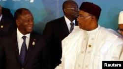 Les présidents Issoufou Mahamadou du Niger, à droite, et Alassane Ouattara de la Côte d'Ivoire lors d'un sommet de l'Union économique et monétaire ouest-africaine (Uemoa) à Abidjan, 10 avril 2017.