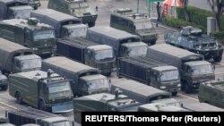 Desetine vojnih vozila i kamiona parkirane su ispred lokalnog sportskog objekta gde su trupe smeštene