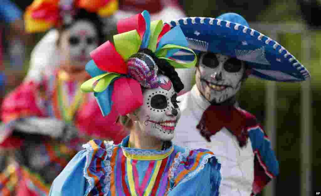 멕시코 '죽은 자들의 날' 축제가 열린 멕시코시티에서 해골 분장을 한 참가자들이 거리를 행진하고 있다.