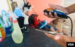 Vista de una barbería de calle en Venezuela, ciudad de Maracaibo. Foto: Gustavo Ocando/VOA.