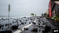 Roches balayées par des fortes vagues sur une route à Le Carbet, sur l'île des Caraïbes françaises de la Martinique, frappée par l'ouragan Maria, le 19 septembre 2017.