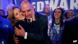 Новоизбранного губернатора штата Луизиана Джона Бел Эдвардса поздравляет супруга Донна Эдвардс. Новый Орлеан. 21 ноября 2015 г.