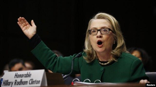 Američka državna sekretarka Hilari Klinton svedoči o septembarskom napadu na američki konzulat u Bengaziju u Libiji pred senatskim odborom za spoljnopolitičke odnose.