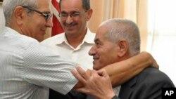 L'un des membres du Quartette, Houcine Abassi, secrétaire général de l'Union générale tunisienne du travail (UGTT), à droite, est félicité par les membres de son syndicat, Tunis, Tunisie, 9 octobre 2015. (AP Photo)