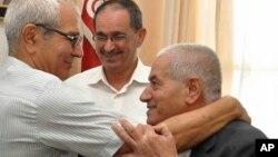 2015年10月9日获得诺贝尔和平奖的突尼斯全国对话四方集团之一的突尼斯总工会(UGTT)秘书长 艾巴西(右)在突尼斯首都办公室接受祝贺