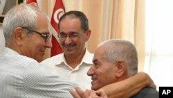 Houcine Abassi, à droite, secrétaire général de l'UGTT, l'une des quatre organisations tunisiennes partageant le Nobel de la paix.