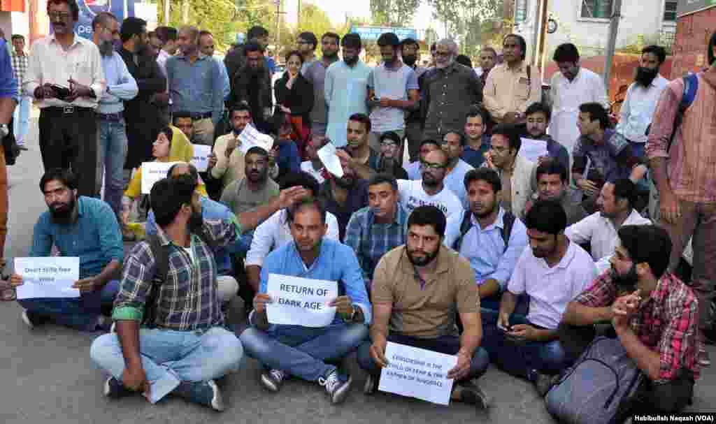 سری نگر میں ایک انگریزی اخبار 'کشمیر ریڈر' کی اشاعت پر پابندی کے خلاف کشمیر کے صحافی سراپا احتجاج ہیں۔