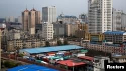 지난 9월 중국 랴오닝성 단둥 세관에서 북한으로 향하는 중국 화물차들이 대기하고 있다. (자료사진)