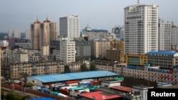 지난해 9월 중국 랴오닝성 단둥 세관에서 북한으로 향하는 화물차들이 대기하고 있다. (자료사진)