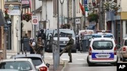 Des soldats français patrouillent près de l'église où deux égorgé un prêtre et pris quelques personnes en otage en pleine messe, à Saint-Etienne-du-Rouvray, Normandie, France, 26 juillet, 2016. (AP Photo / Francois Mori)