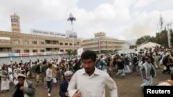 9일 자살 폭탄 공격이 발생한 예멘 사나에서 행인들이 대피하고 있다.