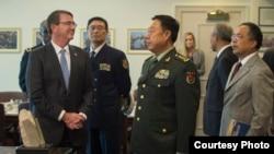 美国国防部长卡特欢迎中国中央军委副主席范长龙(2015年6月11日,美国国防部)