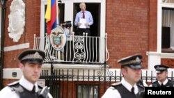 阿桑奇星期天在厄瓜多尔驻伦敦大使馆的阳台上向媒体发表讲话