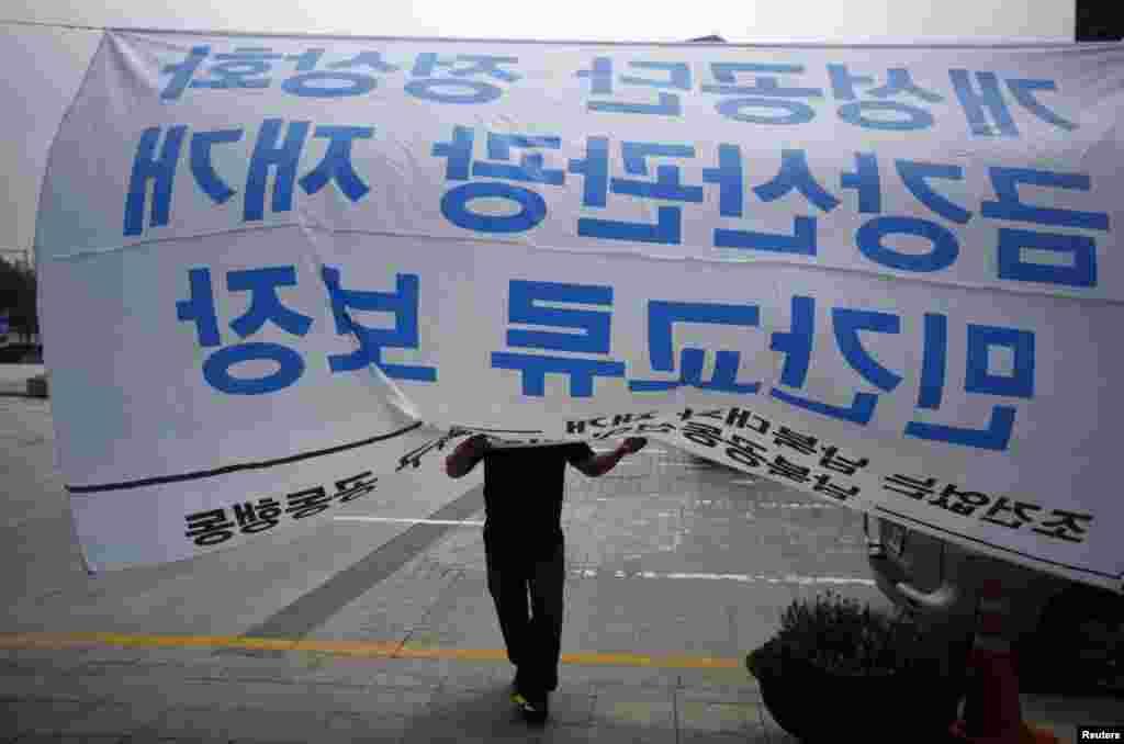 한국 서울의 시민 단체들이 개성공단 정상화, 금강산 관광 재개 등 남북 관계 회복을 촉구하는 시위를 벌이고 있다.