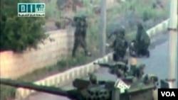 Gambar dari video amatir ini menunjukkan Suriah menyerang para pemberontak di Dara'a dengan tank-tank mereka.