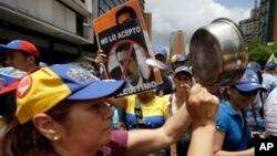 1일 베네수엘라 수도 카라카스에서 대통령 선거 결과를 거부하는 시위가 계속됐다.