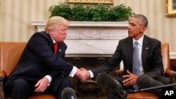 바락 오바마(오른쪽) 대통령과 도널드 트럼프 대통령 당선인이 10일 백악관 오벌오피스에서 환담 직후 악수하고 있다.