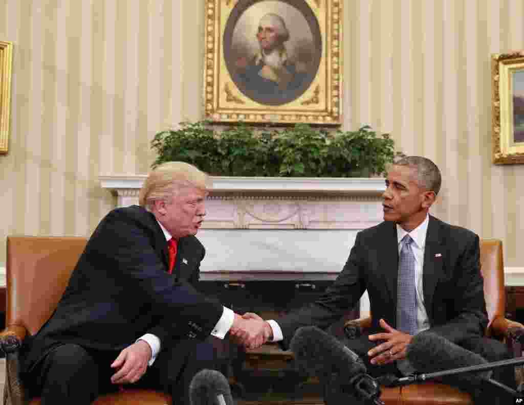El presidente Barack Obama y el presidente electo Donald Trump se dan la mano después de su reunión en la Oficina Oval de la Casa Blanca en Washington, el jueves 10 de noviembre de 2016.
