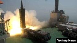 23일 한국 충남 태안 국방과학연구소(ADD) 종합시험장에서 사거리 800㎞의 탄도미사일인 현무2 미사일이 차량형 이동식발사대에서 발사되고 있다. 문재인 한국 대통령이 시험발사를 참관했다.