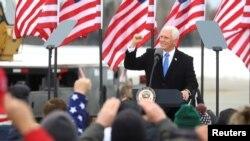 Wakil Presiden AS Mike Pence berbicara pada para pendukungnya saat berkampanye di Hibbing, Minnesota, AS, 26 Oktober 2020.