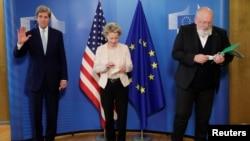 Джон Керри, президент Европейской комиссии Урсула фон дер Ляйен и вице-президент Европейской комиссии Франс Тиммерманс после встречи в Брюсселе, Бельгия, 9 марта 2021 г.
