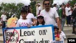 La familia Mercado de El Salvador, marcha en Washington D.C por los derechos de inmigrantes. Foto: Verónica Balderas Iglesias / VOA.