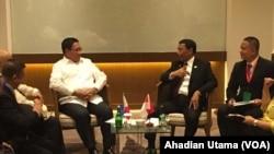 Menko Polhukam Wiranto (kanan) berbincang dengan Penasehat Keamanan Nasional Filipina, Hermogenes C. Esperon Jr, (kiri) di Hotel Four Point, Manado, 28 Juli 2017