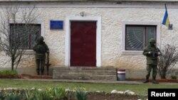 اطلاعات کے مطابق غیر ملکی مبصرین کو سلووینسک کی ایک سرکاری عمارت میں رکھا گیا ہے جس پر علیحدگی پسندوں کا قبضہ ہے۔