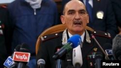 Pejabat polisi Italia memberikan keterangan kepada media mengenai razia terhadap anggota teroris, Kamis (12/11).