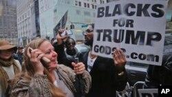 11月9日支持唐納德川普當選美國候任總統的民眾在紐約川普大樓外歡呼。