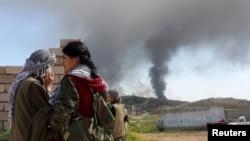 Combatientes kurdos observan una posición del Estado islámico en Sinjar, donde este jueves se ha lanzado una ofensiva para recuperarla.
