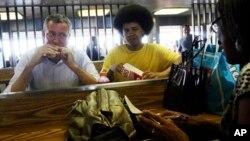 Walikota New York Bill de Blasio (kiri) dan putranya Dante berbicara pada warga di tempat penjualan makanan di kota itu.