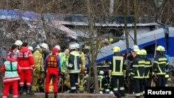 Anggota regu penyelamat berdiri di sekitar lokasi kecelakaan dua kereta dekat Bad Aibling di Jerman selatan (9/2).