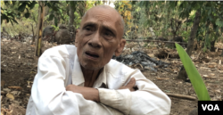 FILE - Former Khmer Rouge member Ao An during an interview at his home in Cambodia's northwestern Battambang procince, mid-December 2019. (Hul Reaksmey/VOA Khmer)