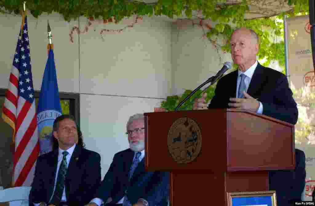 加州州长布朗讲话(美国之音国符拍摄)