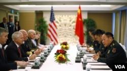 Menteri Pertahanan Amerika Robert Gates (kedua dari kiri) bertemu Menteri Pertahanan Tiongkok Liang Guanglie (kanan) pada Pertemuan Keamanan Asia, Dialog Shangri-La, di Singapura.