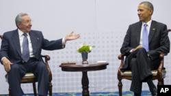 Presiden AS Barack Obama berbicara dengan Presiden Kuba Raul Castro di sela KTT negara-negara Amerika di Panama City, Panama April lalu (foto: dok).