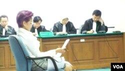 Terdakwa kasus penyuapan anggota DPR Miranda Swaray Goeltom dalam persidangan di Pengadilan Tipikor. (Photo: VOA)