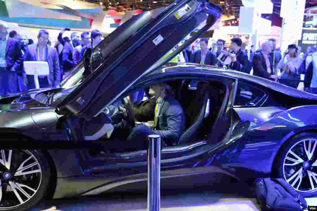 نمایشگاه محصولات الکترونیکی CES خودروی هوشمند بی ام دبلیو که می تواند وضعیت جاده و خودروهای دیگر را لحظه به لحظه دریافت و حرکت خود را بر طبق آن تنظیم کند.