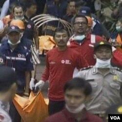 Petugas keamanan membersihkan lokasi pemboman kembar dua hotel di Jakarta, 17 Juli 2009.