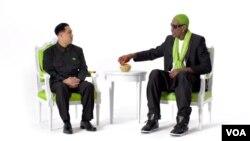북한을 두 차례 방문해 화제가 됐던 미국 농구선수 출신 데니스 로드먼과 북한 김정은 국방위 제1위원장의 대역 배우가 함께 등장한 식품 광고의 한 장면.