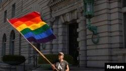 Bob Sodervick agita una bandera arco iris fuera del Palacio de Justicia de EE.UU. en San Francisco, California 05 de junio 2012.