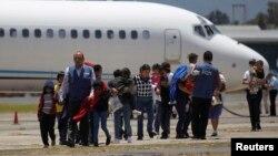 Familias guatemaltecas deportadas desde Arizona llegan al aeropuerto La Aurora de Guatemala.