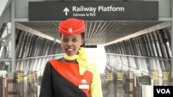 中國建造肯尼亞鐵路與美麗的車廂服務員。
