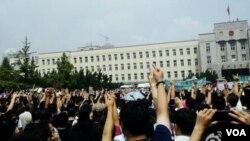 Ribuan warga Tiongkok melakukan unjuk rasa menentang keberadaan pabrik kimia di kota Dalian (14/8).