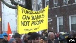 Para demonstran 'Occupy Wall Street' menyoroti dana talangan dari uang pajak yang digunakan untuk menyelamatkan perusahaan-perusahaan besar (foto: dok).