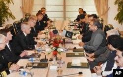 امریکی وزیر دفاع جم میٹس کی اسلام آباد میں وزیراعظم شاہد خاقان عباسی سے مذاکرات ، دسمبر 2017